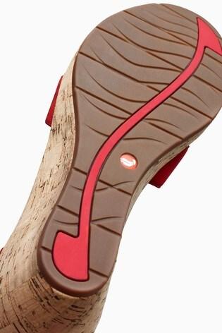 Clarks Unplaza Sandale mit Kork Keilabsatz und gekreuzten Riemen, rot