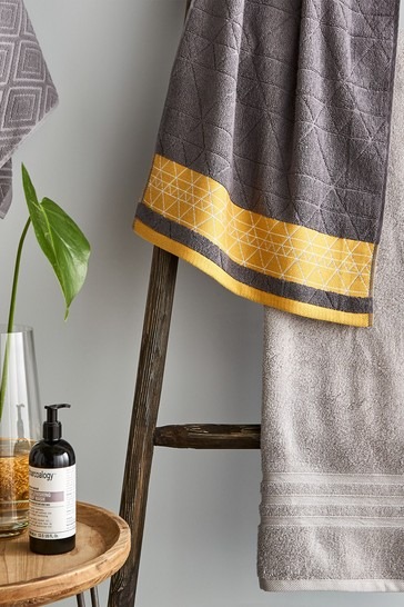 Set of 2 Catherine Lansfield Grey Linear Diamond Bath Towels