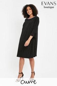 שמלה עם שרוולי קפלים ואמרת פנינים למידות גדולות של Evans בשחור