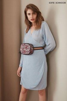 Niebieska, teksturowana sukienka kopertowa Sofie Schnoor
