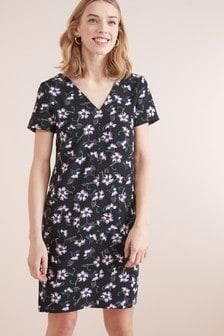 Короткое приталенное платье с треугольным вырезом