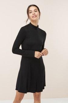 Kleid mit hohem Ausschnitt