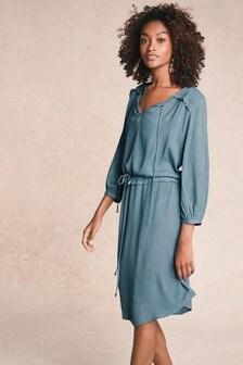 שמלה עם מותן נמוך ושרוך הידוק