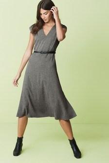 Textúrované šaty s opaskom a véčkovým výstrihom