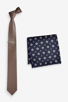סט עניבה, ממחטה בדוגמה גיאומטרית ותפס עניבה עם מרקם