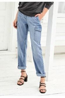 Boyfriend-Jeans im Utility-Stil