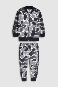 חליפת ספורט עם דוגמת הסוואה מסדרת Originals של adidas