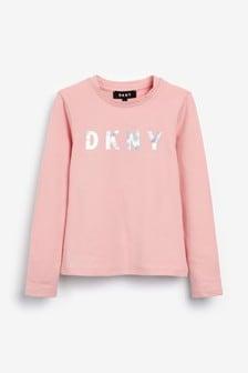 تي شيرت وردي بشعار بكم طويل من DKNY