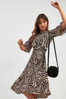 Vestido con estampado de cebra con hebilla