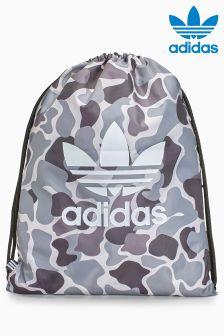 حقيبة رياضية عليها علامة الوريقات الثلاث من Adidas
