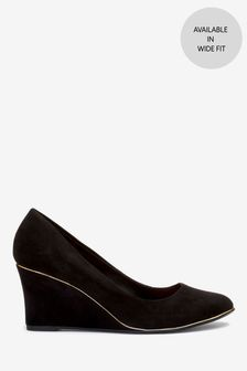 حذاء بكعب وتد شبه مستدير عند الأصابع بتفصيل تشذيب