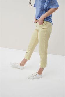 Knöchellange Jeans mit Stickerei und Zierausschnitten