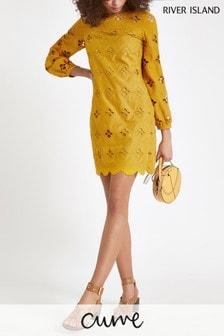 Vestido con vuelo en amarillo con detalles calados de River Island