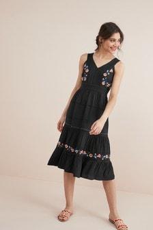 Платье с украшениями