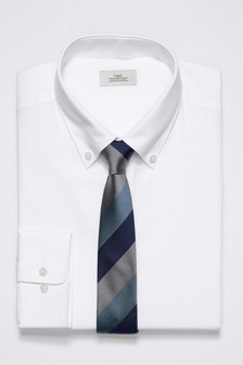 鈕釦領口標準剪裁襯衫和條紋領帶套裝