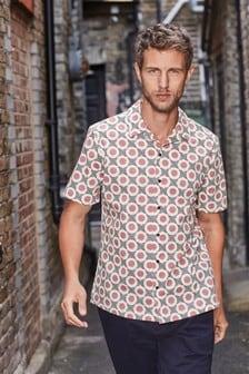 Приталенная рубашка с геометрическим принтом и воротником в виде лацканов