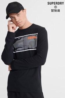 חולצת טי עם שרוול ארוך בצבע שחור עם דוגמת הסוואה שלSuperdry