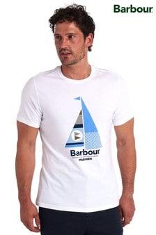 חולצתטי בצבעלבן עם איורמפרשית שלBarbour®