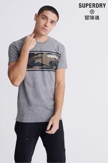חולצת טי עם פסים ודוגמת הסוואה של Superdry באפור