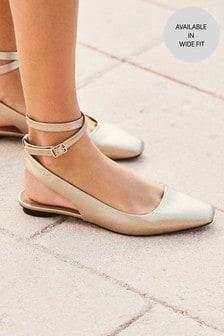 حذاء بمقدمة مربعة وحزام كاحل