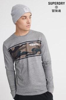 חולצת טי עם שרוול ארוך ולוגו בצבע אפור עם דוגמת הסוואה שלSuperdry