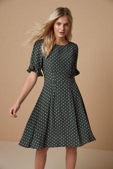 Чайное платье с оборками на рукавах