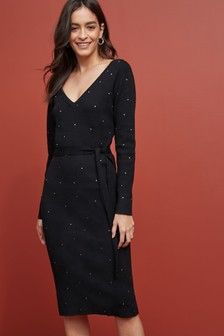 Платье с треугольным вырезом горловины, заклепками и ремнем
