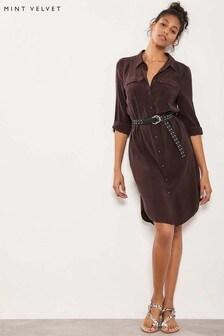 Vestido camisero estilo utilitario en marrón chocolate de Mint Velvet