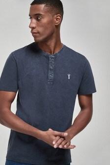 T-Shirt mit Henleyausschnitt in regulärer Passform
