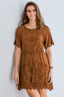 Šaty s dierkovanou výšivkou