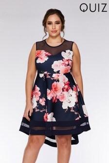 Quiz Curve Geblümtes Kleid mit Carmenausschnitt und nach hinten abfallendem Saum
