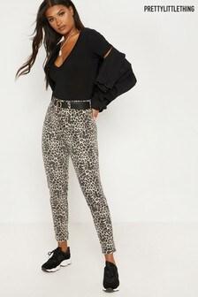 PrettyLittleThing Mom-Jeans mit Leopardendruck