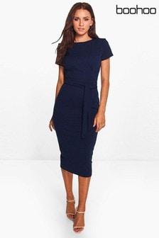 فستان متوسط الطول مخصص بحزام وطيات من الأمام من Boohoo