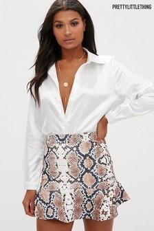 חצאית מיני עם הדפס נחש מבד סקובה של PrettyLittleThing