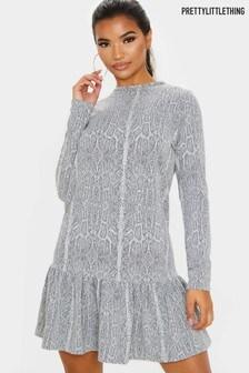 Свободное платье со змеиным принтом и оборкой по краю PrettyLittleThing