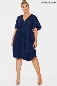 Plisowana sukienka midi PrettyLittleThing Plus z anielskimi rękawami