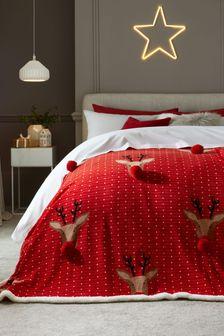 Красное флисовое покрывало с рисунком оленей и помпонами