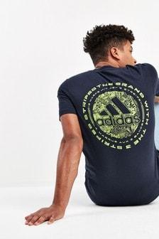 Camiseta con garabatos y emblema en color tinta de adidas
