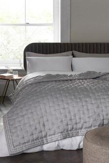 Saténová prešívaná prikrývka na posteľ