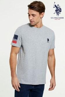 חולצת טי עם פס בשרוול של U.S. Polo Assn