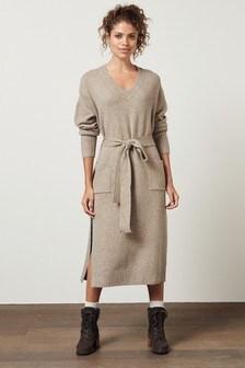 Платье с треугольным вырезом и поясом