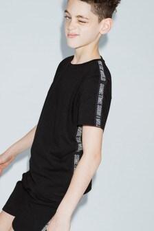חולצת טי עם אמרה בצד של Sometime Soon בשחור