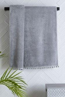 Серо-голубое полотенце с помпонами
