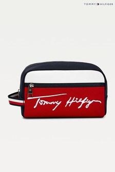 حقيبة مستلزمات عناية شخصية زرقاء عليها الماركة TH منTommy Hilfiger