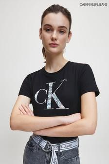 חולצתטי שחורה עם לוגו מטאלי מחליף-צבעים שלCalvin Klein