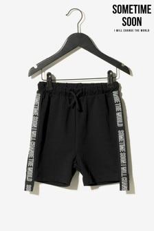 מכנסיים קצרים עם אמרה בצד של Sometime Soon בשחור