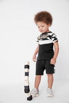 Комплект: футболка с камуфляжным принтом в стиле колор блок и трикотажные шорты (3 мес.-7 лет)