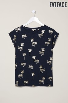 חולצת טי כחולה של FatFace עם הדפס עצי דקל מטאלי
