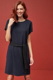 Цельнокройное платье с поясом