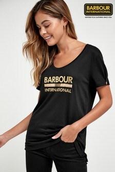 חולצת טי שלBarbour® International דגםHurricane עם לוגו מטאלי